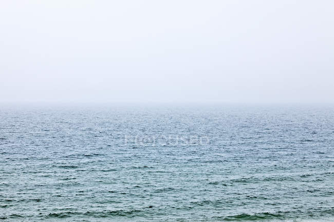 Вид на пейзаж спокойной голубой воде — стоковое фото