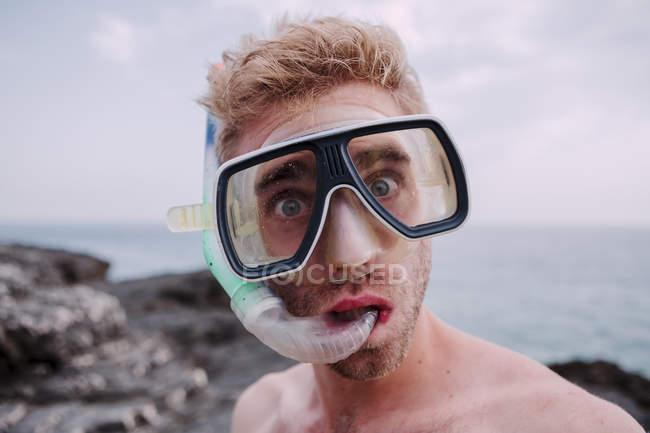 Portrait de jeune homme en masque de plongée avec tuba — Photo de stock