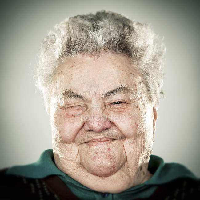 Portrait de femme âgée souriante regardant la caméra — Photo de stock