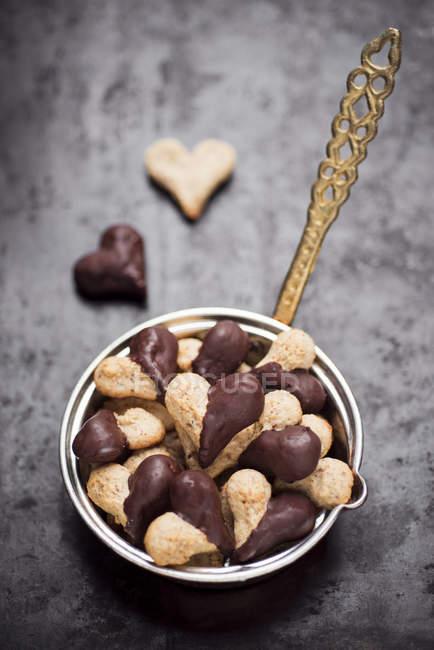 Galletas de Navidad en forma de corazón con chocolate glaseado - foto de stock