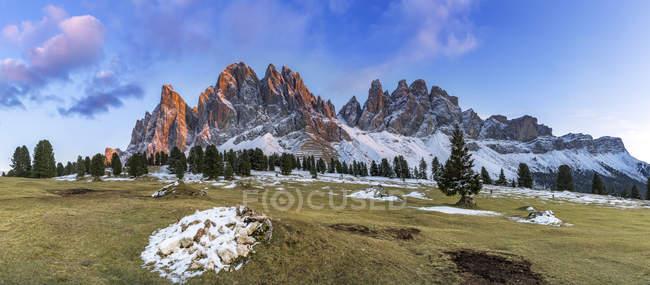Italie, Tyrol du Sud, groupe Geisler au coucher du soleil — Photo de stock