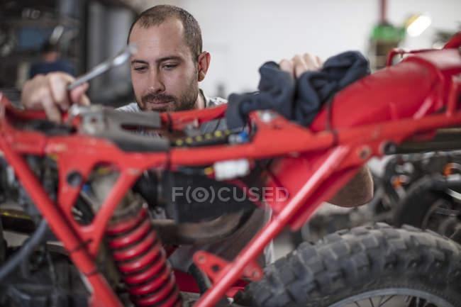 Fokussierte Mechaniker arbeiten am Motorrad in Werkstatt — Stockfoto