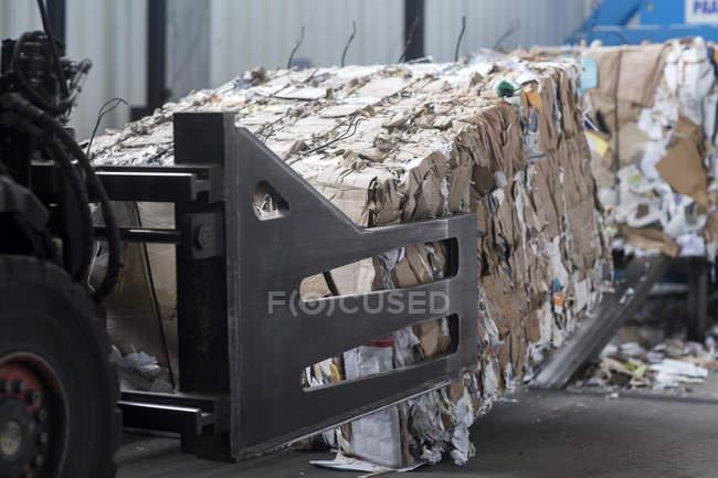 Déchets de papier au chantier de recyclage — Photo de stock
