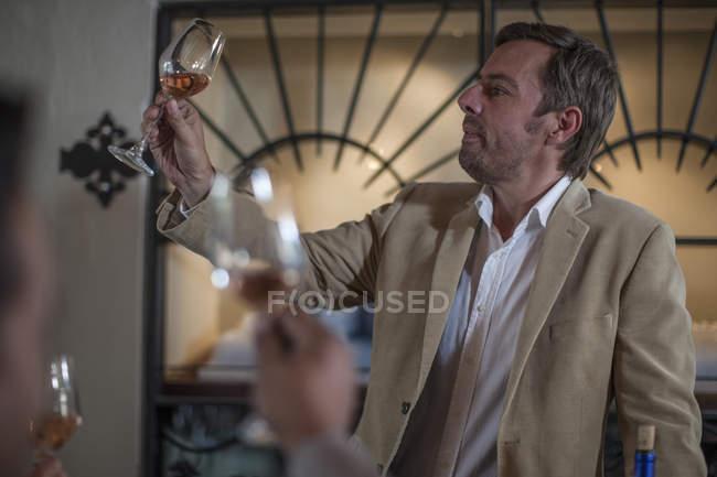 Человек, дегустация вина в ресторане — стоковое фото