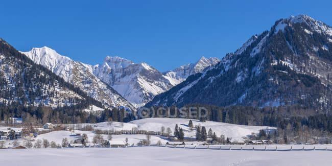 Германия, Oberstdorf, Lorettowiesen, mountainscape в зимний период — стоковое фото