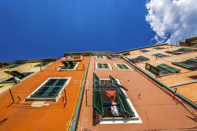 Italy, Cinque Terre, Riomaggiore, facade of multi-family colorful houses — Stock Photo
