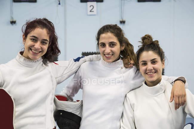 Retrato de três esgrimistas sorridentes — Fotografia de Stock