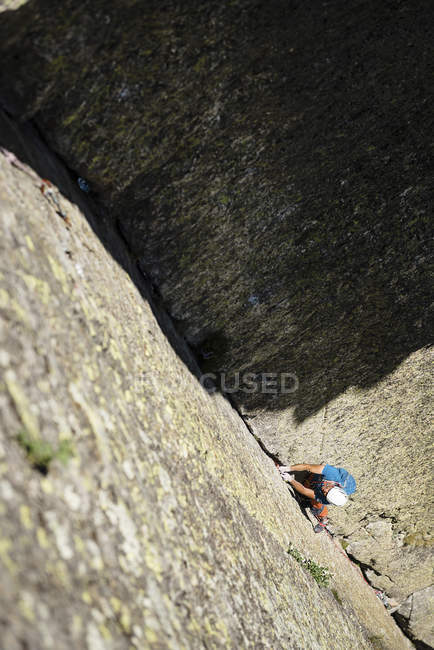 Man climbing a rock wall — Stock Photo