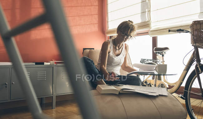 Woman at home working on script — Stock Photo
