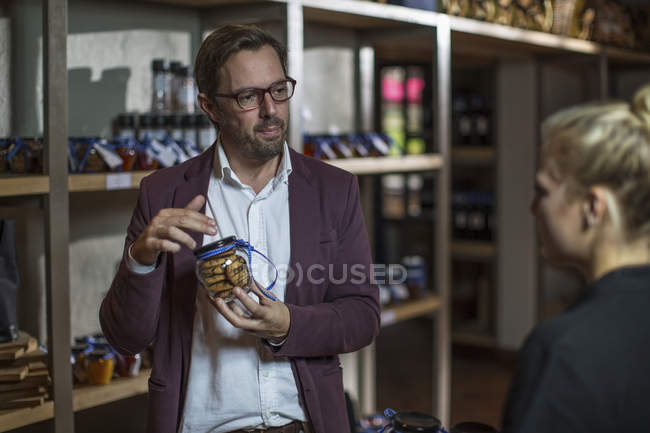 Casual masculino compra de biscoitos na loja — Fotografia de Stock