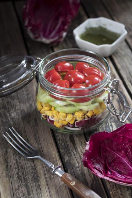 Nahaufnahme von Salat mit Tomaten und Mais — Stockfoto