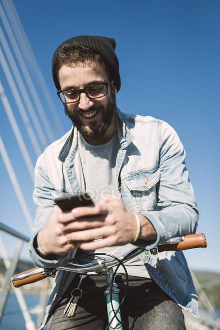 Jovem Casual usando um smartphone, Ferrol, Galiza, Espanha — Fotografia de Stock