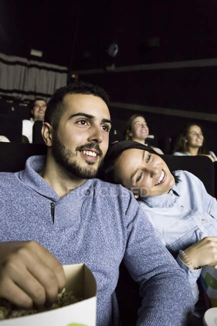 Пара, смотреть фильм в кино — стоковое фото