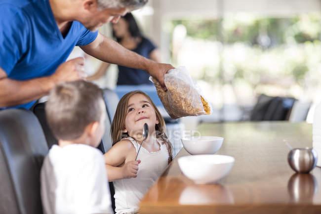 Батько підготовка зернових сніданок з дітьми — стокове фото