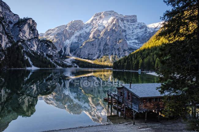Italia, Alto Adige, rimessa barche al Lago di Braies — Foto stock