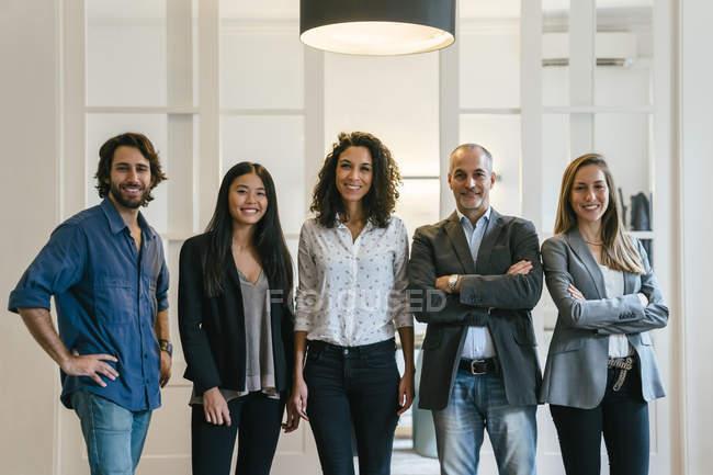 Портрет уверенных бизнесменов в должности — стоковое фото