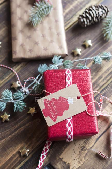 Weihnachtsdekoration und verpackte Geschenke auf Holz — Stockfoto