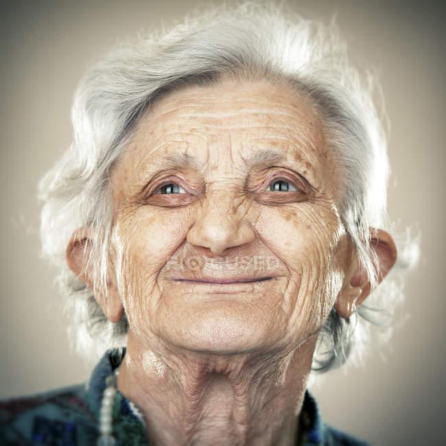 Портрет спокій старших жінка дивиться в бік — стокове фото