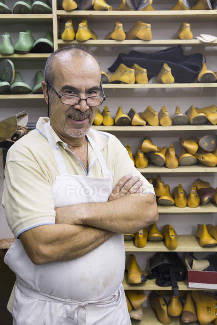 Портрет уверенного сапожника в мастерской — стоковое фото
