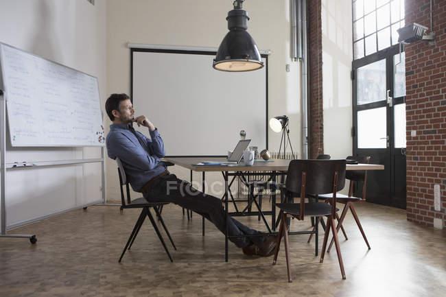 Ufficio Moderno Foto : Uomo d affari pensive che si siede in ufficio moderno u foto stock