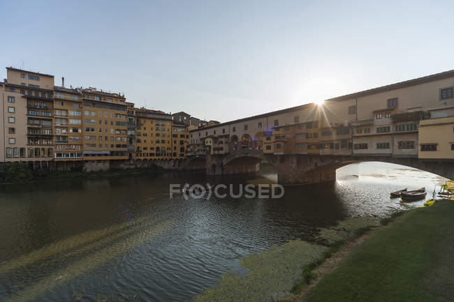 Italia, Florencia, Ponte Vecchio y el río Arno - foto de stock