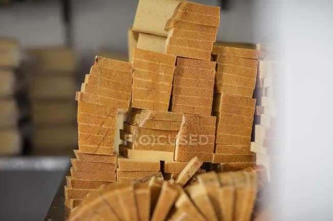 Pedazos de queso en fábrica, lista para llegar embalado - foto de stock
