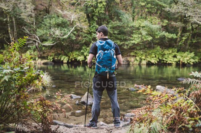 Caminhante homem em pé na costa do rio Eume — Fotografia de Stock