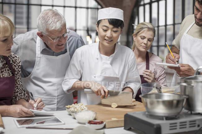 Listo para cortar alimentos en clase de cocina del chef - foto de stock