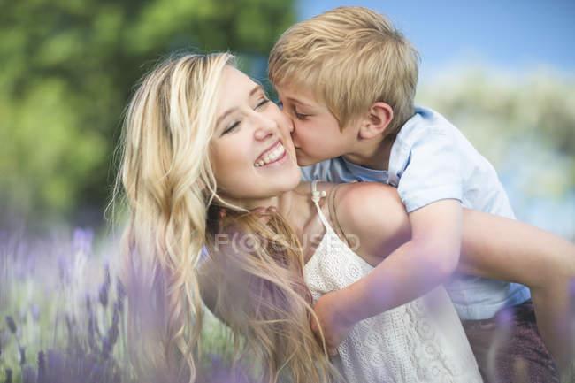 Счастливая мать с сыном на лавандовом поле — стоковое фото