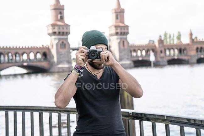 Germania, Berlino, uomo in piedi di fronte a Oberbaum scattare foto dallo spettatore — Foto stock