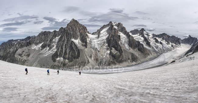 Франция, Шамони, Гранд-Монте, Шардоне, группа альпинистов — стоковое фото