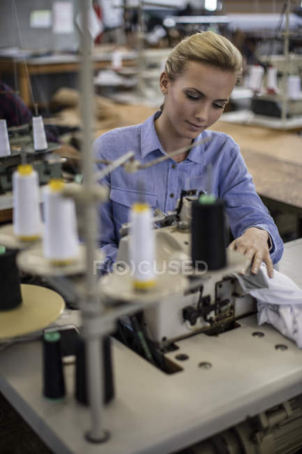 Швачки, працює над швейні машини — стокове фото