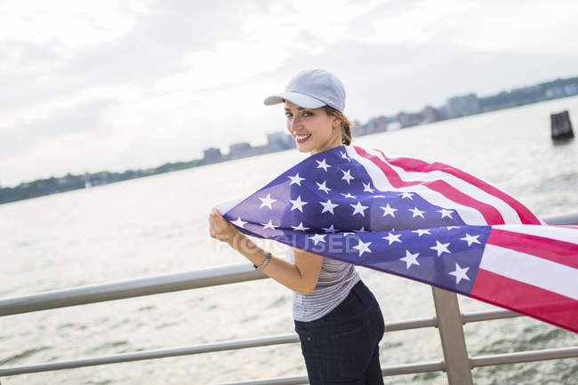 USA, Manhattan, happy woman in baseball cap with American flag — Stock Photo