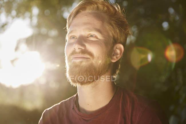 Улыбающийся молодой человек на свежем воздухе — стоковое фото