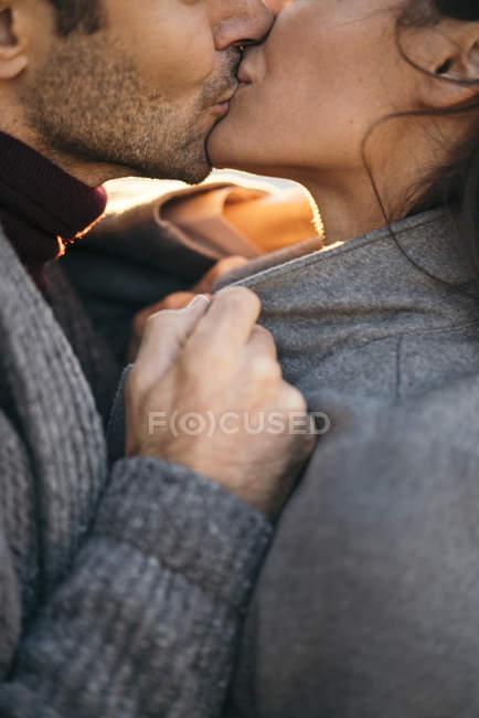 Крупным планом влюбленной пары поцелуев — стоковое фото