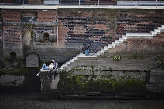 Портрет подружжя, сидячи на пристані сходи — стокове фото