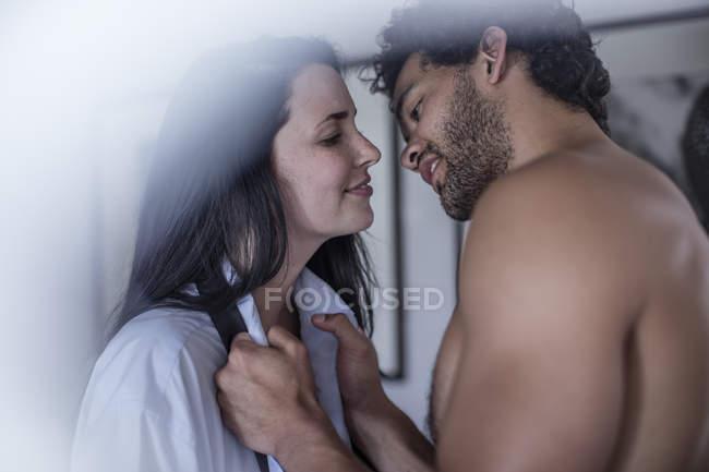 Glückliches, liebevolles Paar, das zusammen im Schlafzimmer steht — Stockfoto