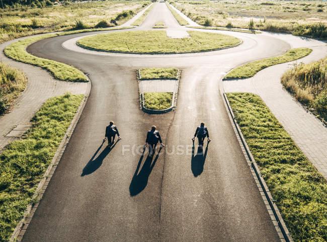 Trois hommes d'affaires à partir de course au rond-point — Photo de stock