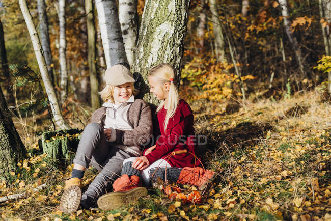 Hansel and Gretel, Boy and girl sitting in forest, talking — Stock Photo