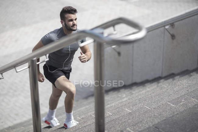 Sportsman monter les escaliers dans la ville urbaine — Photo de stock