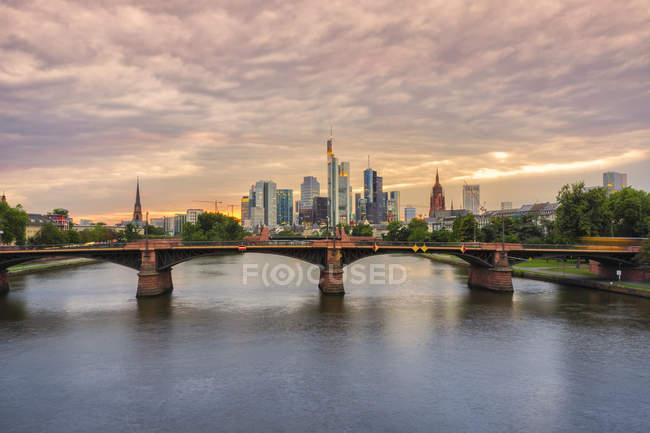 Malerische Aussicht auf Frankfurt Am Main Stadtbild im Abendlicht, Deutschland, Europa — Stockfoto