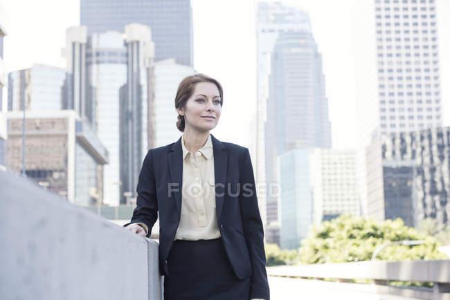 Retrato de confianza empresaria mirando hacia los lados - foto de stock