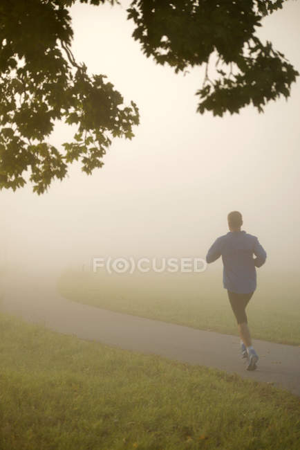 Mann in der Natur am Morgen joggen — Stockfoto