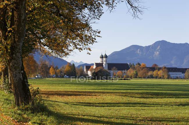 Германия, Остенде, вид на монастырь Остенде осенью — стоковое фото