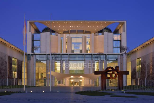 Bundeskanzleramt (Kanzler Büro) im Morgengrauen beleuchtet. Berlin, Deutschland, Europa. — Stockfoto