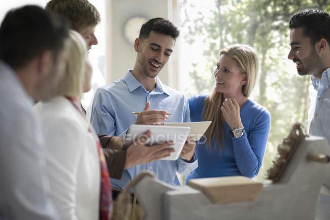 Giovani che lavorano insieme in uffici moderni — Foto stock