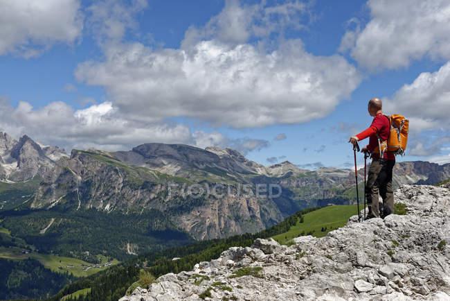 Italia, Alto Adigio, Dolomitas, Senderista mirando el Parque Natural Puez Geisler - foto de stock