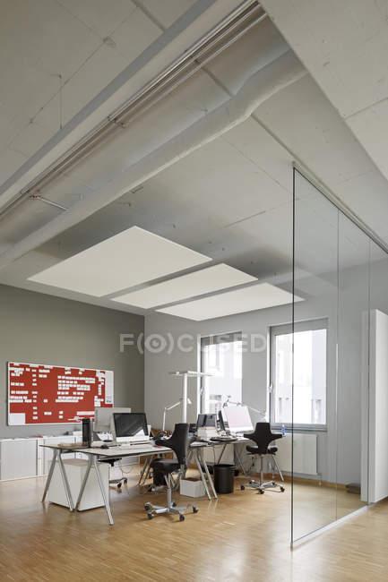 Moderno ufficio interno con parete di vetro — Foto stock