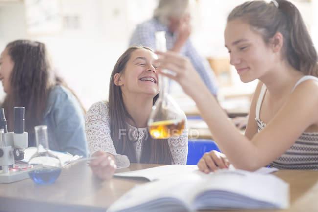 Adolescenti felici nel liceo chimica classe sperimentando — Foto stock