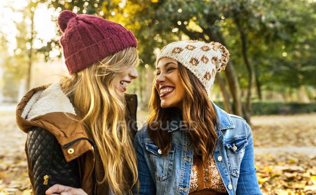 Dos mejores amigas en el parque en otoño - foto de stock
